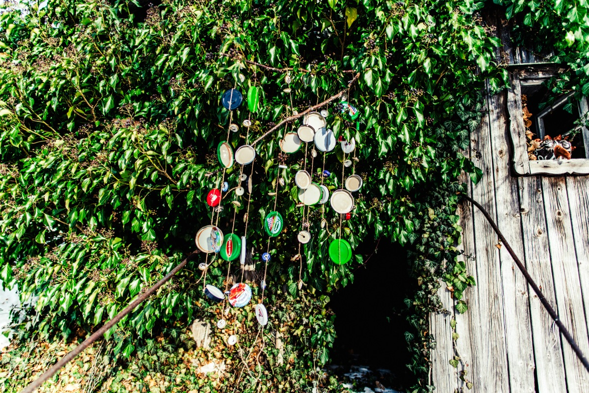 Windspiel aus Marmeladendeckel und Kronkorken